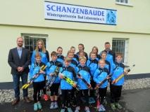 Andreas Lamer übergibt die neuen Skiroller an die Kinder